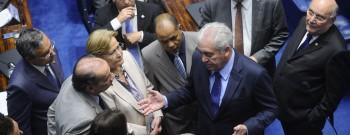 Plenário do Senado durante sessão deliberativa ordinária. Ordem do dia.  Senadores conversam á bancada.  Participam: senador Aloysio Nunes Ferreira (PSDB-SP); senador Waldemir Moka (PMDB-MS);  senadora Ana Amélia (PP-RS);  senadora Simone Tebet (PMDB-MS); senador Flexa Ribeiro (PSDB-PA);  senador Otto Alencar (PSD-BA).  Foto: Marcos Oliveira/Agência Senado